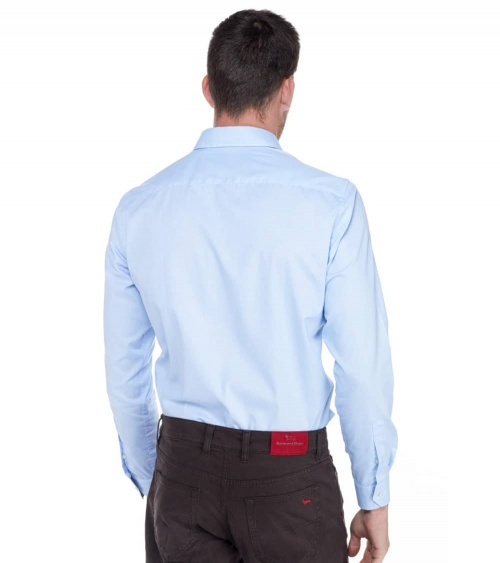 Harmont & Blaine Camisa Básica Celeste modelo espalda