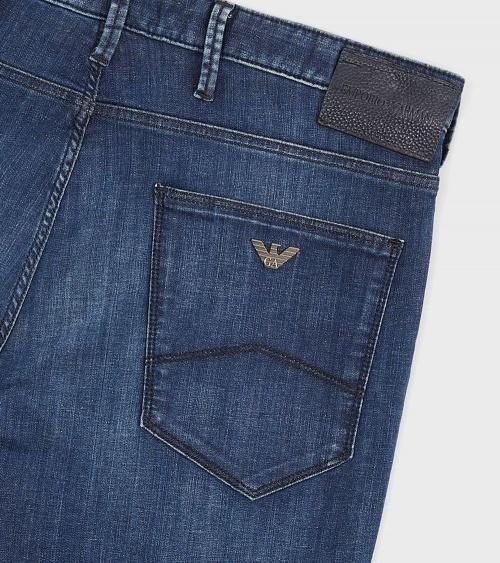 Emporio Armani Jeans Fit J06 detalle