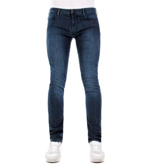Emporio Armani Jeans Fit J06 modelo frontal